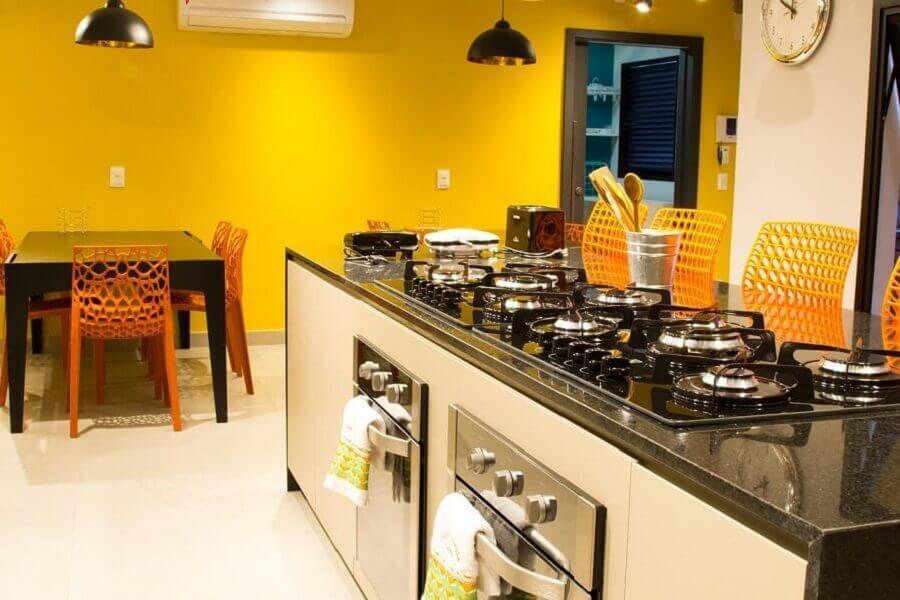 bancada para cozinha com cooktop e paredes amarelas Foto Abreu Coimbra Arquitetura