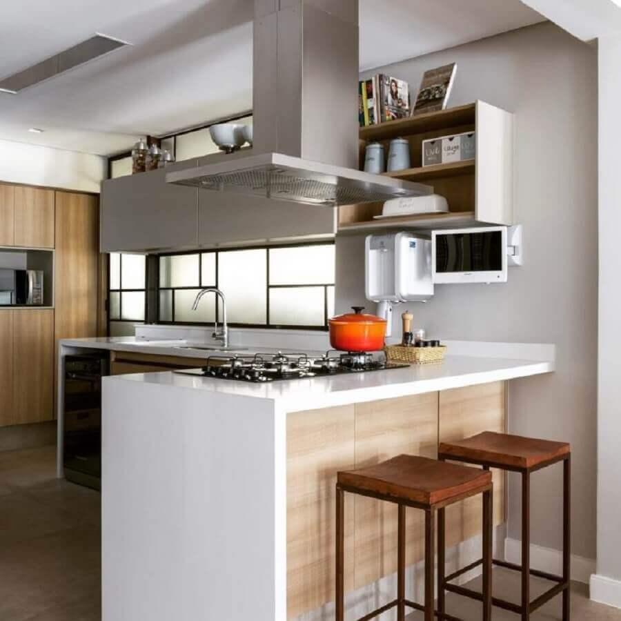 bancada para cozinha feita em nanoglass com cooktop e coifa de inox Foto Ana Yoshida Interiores