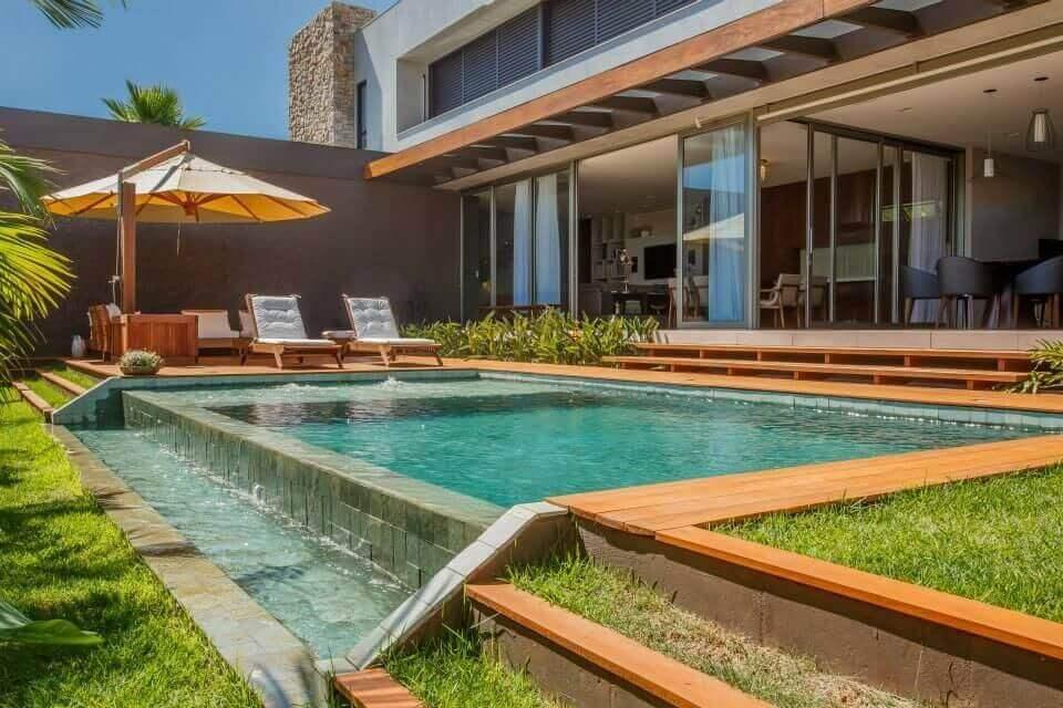 casas com piscina e deck de madeira com gramado wt studio 67469