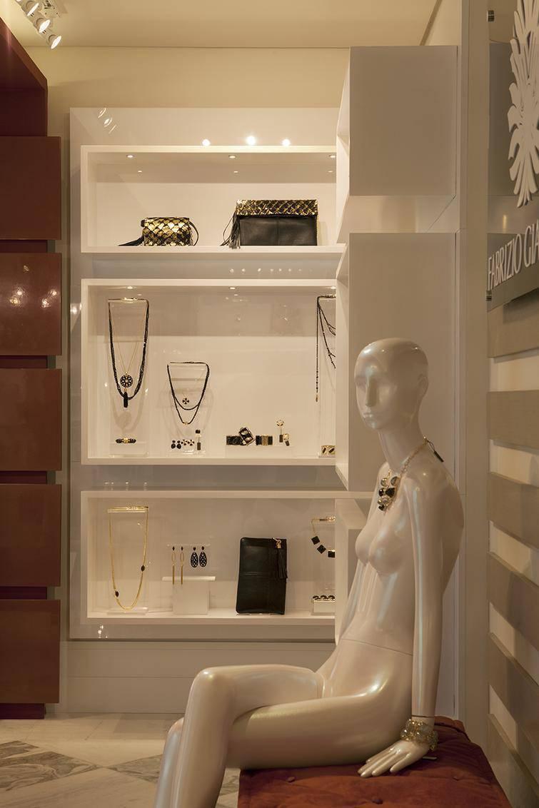 Closet planejado como um espaço feminino e organizado