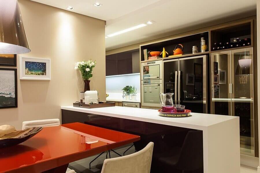 cozinha americana decorada com mesa vermelha acoplada na bancada de cozinha Foto Decor Salteado
