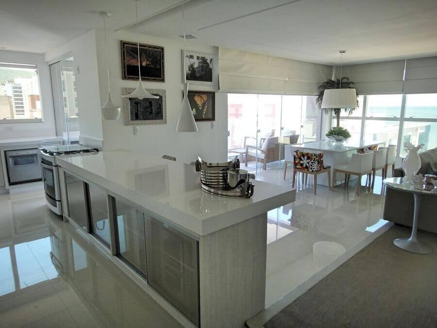 cozinha branca decorada com bancada de cozinha com ilha Foto Webcomunica