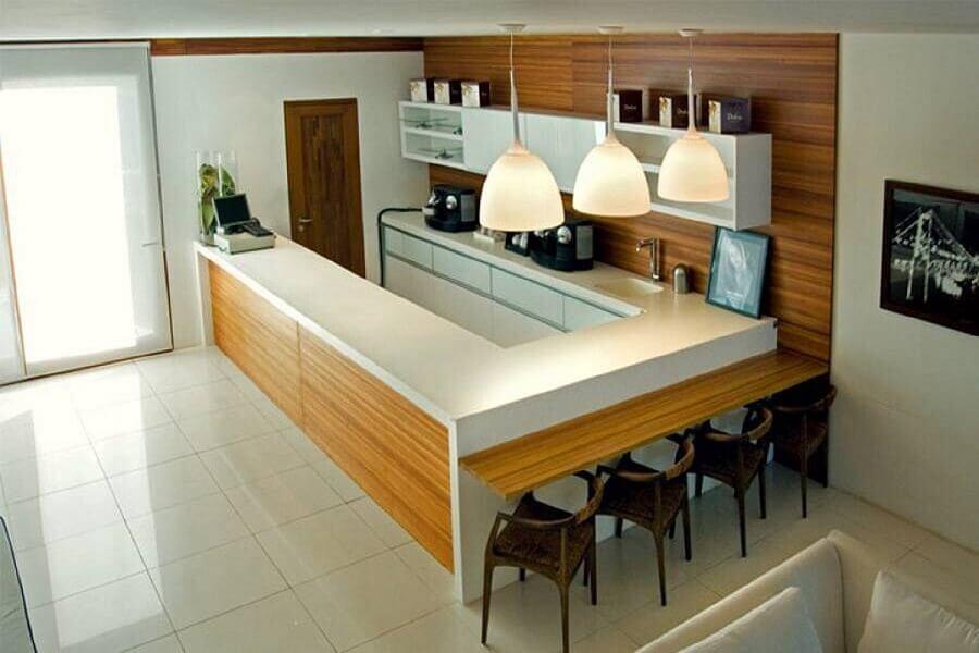 cozinha em U decorada com bancada para cozinha feita em corian Foto Decore News Arquitetura