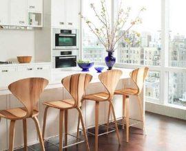 decoração clean com banquetas de madeira para cozinha americana