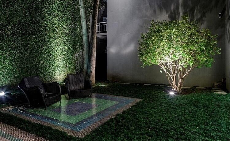 decoração de jardim com iluminação direcionada