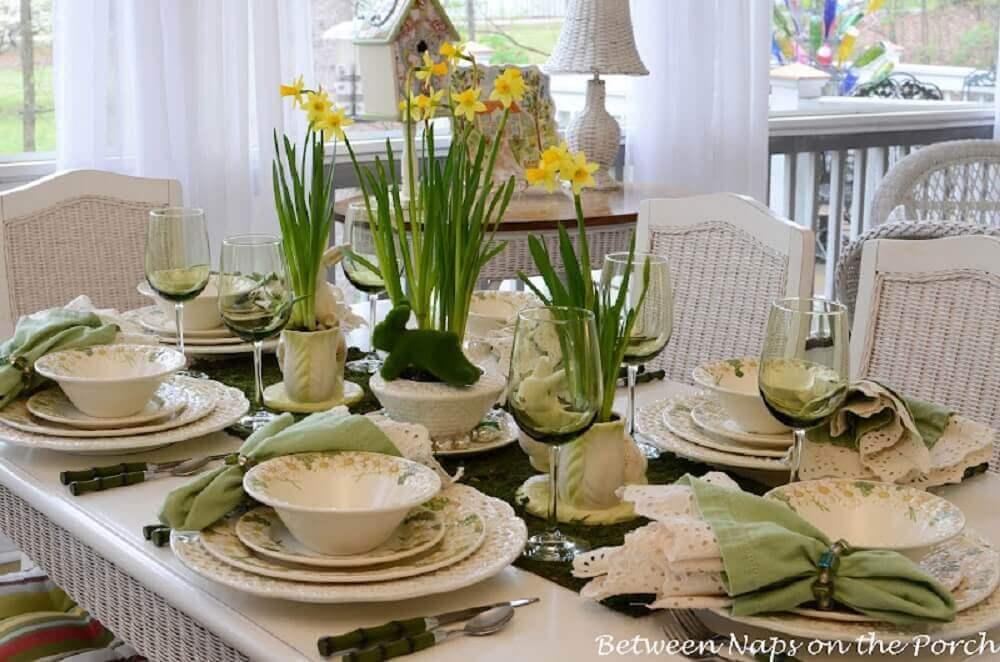 decoração mesa com arranjos de flores