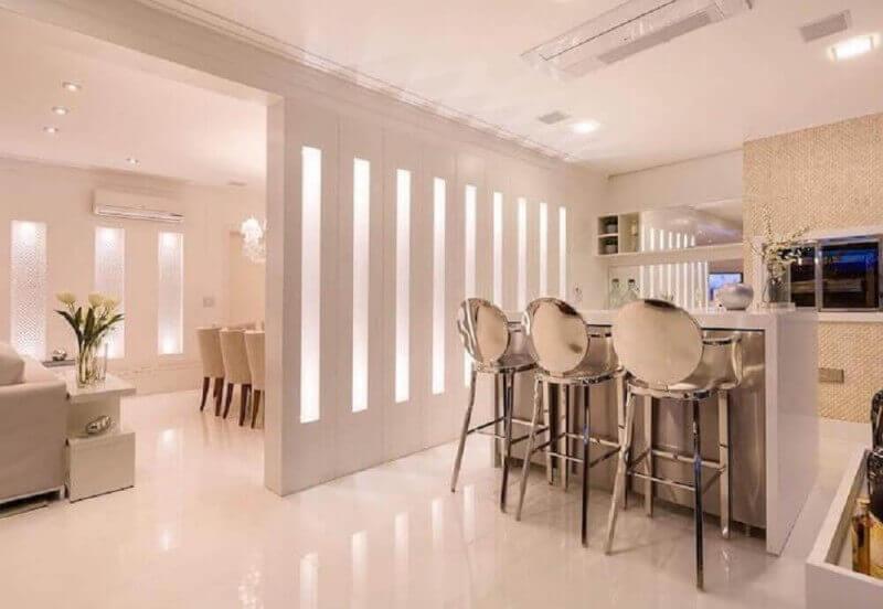 decoração moderna com banquetas espelhadas para cozinha americana