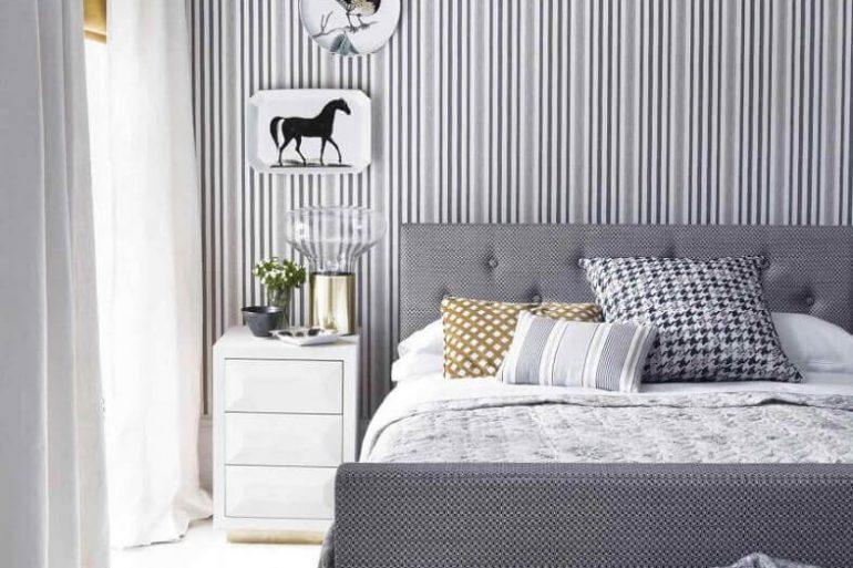decoração moderna em tons de cinza e branco com papel de parede listrado para quarto de casal