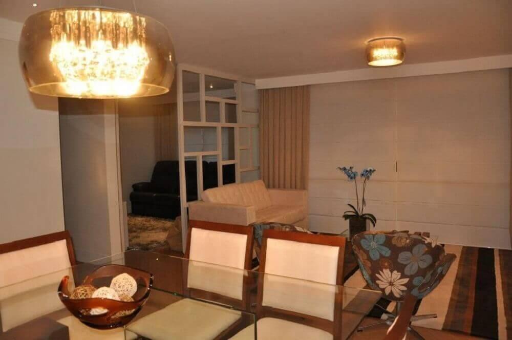 Sala integrada com luminária de teto