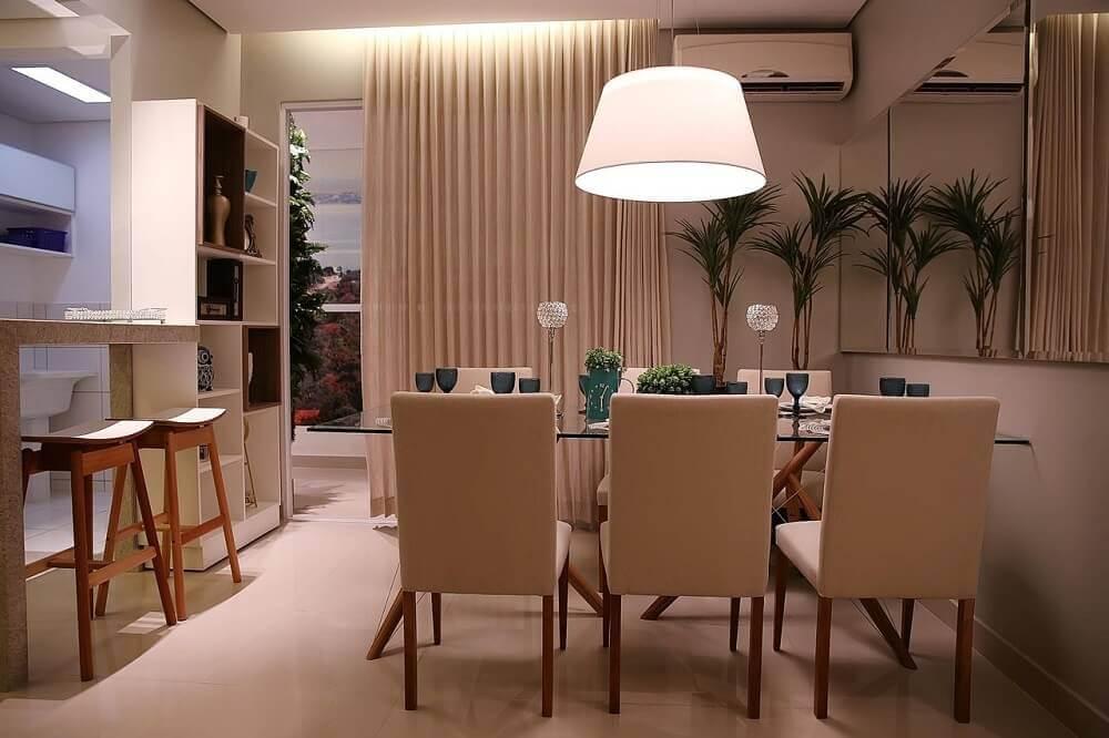 Decoração de sala de jantar com luminária de teto grande