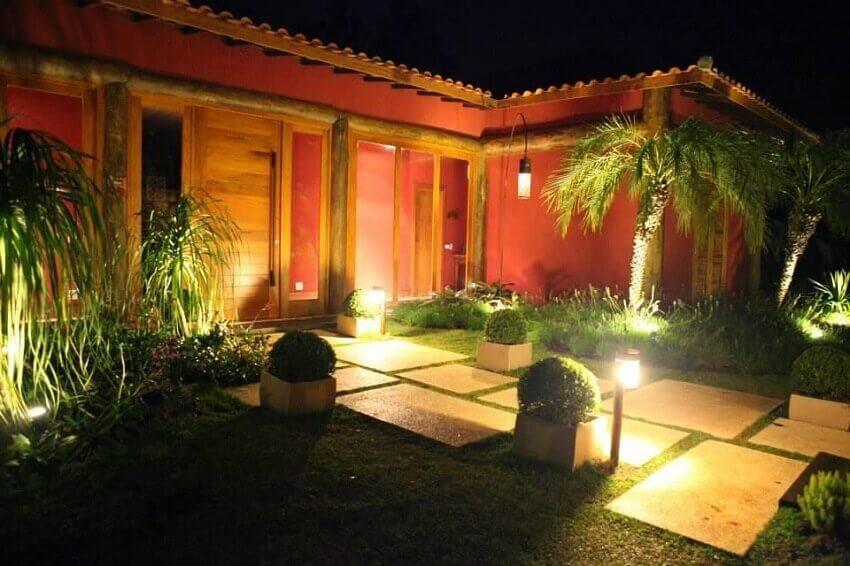 Fachada com iluminação para jardim