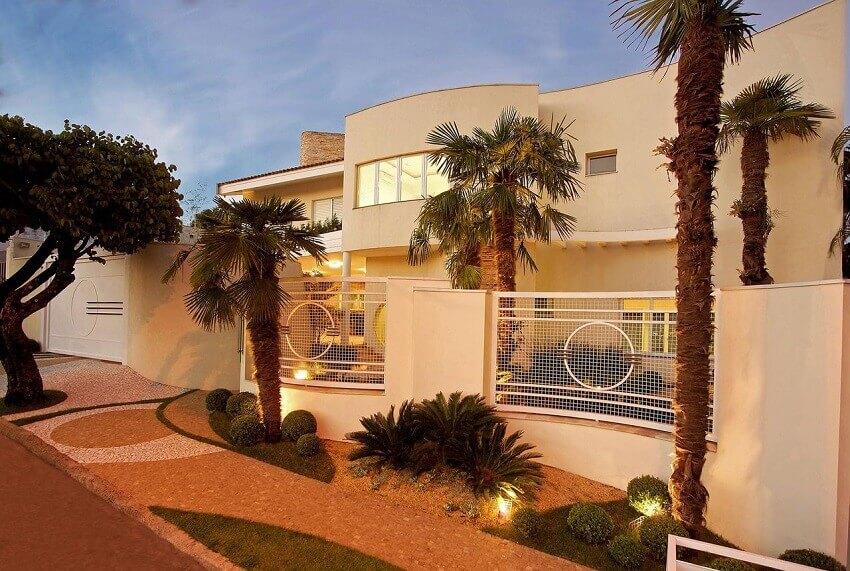 fachada de casa com iluminação para jardim