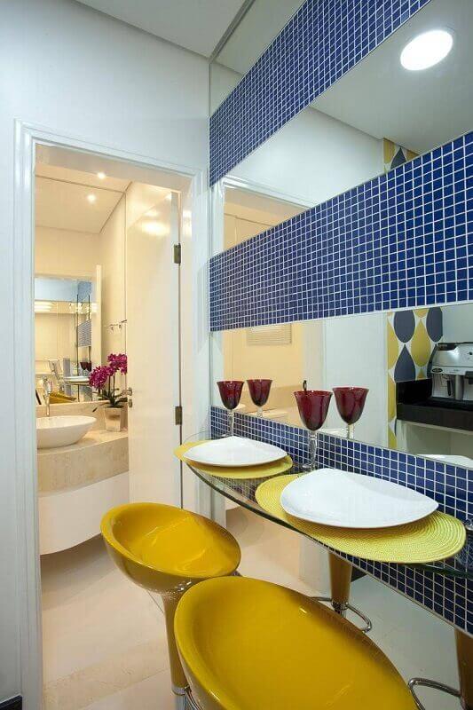 modelo amarelo de banquetas para cozinha com pastilhas azul