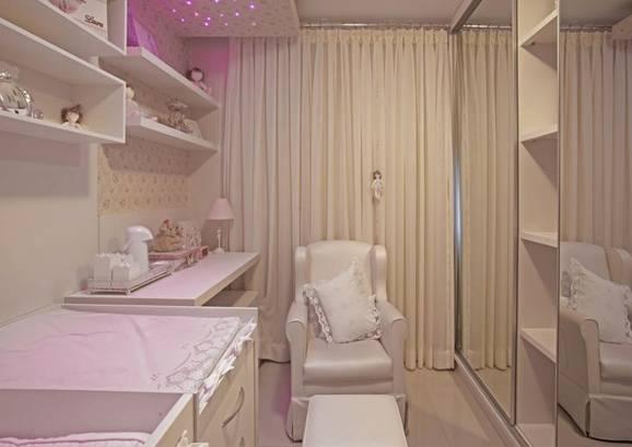 decoração de quarto de bebê feminino com poltrona