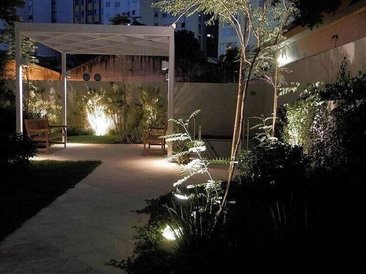 varanda com iluminação de jardim