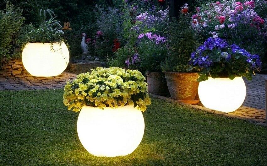 Vasos de flores com iluminação de jardim
