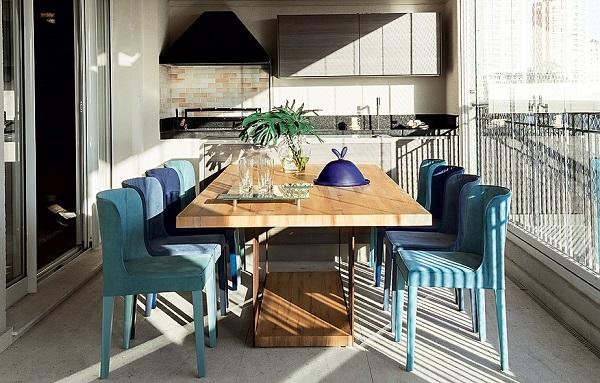 Área de Churrasco com cadeiras em azul degradê