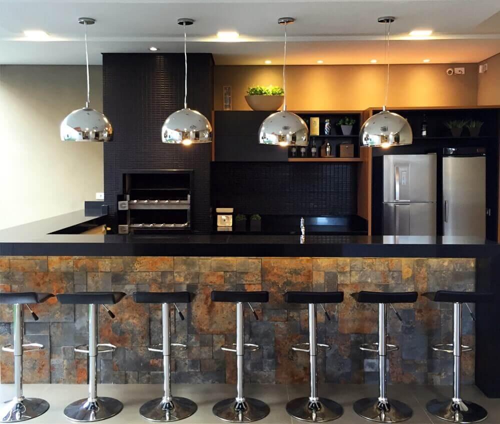 Área de churras com bancada em granito preto absoluto