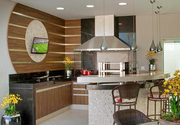 Área de churrasco com bancada dupla de mármore