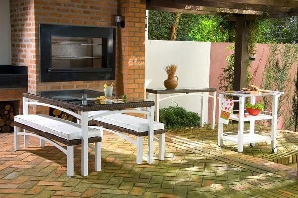 Área de churrasco com jogo de mesa e cadeiras
