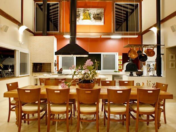 Área de churrasco com mesa rústica