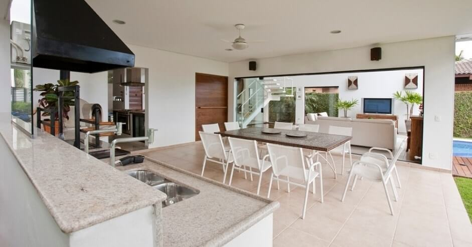 Área de churrasco com sala de TV