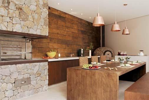 Área de churrasco decorada com cadeira e mesa de madeira
