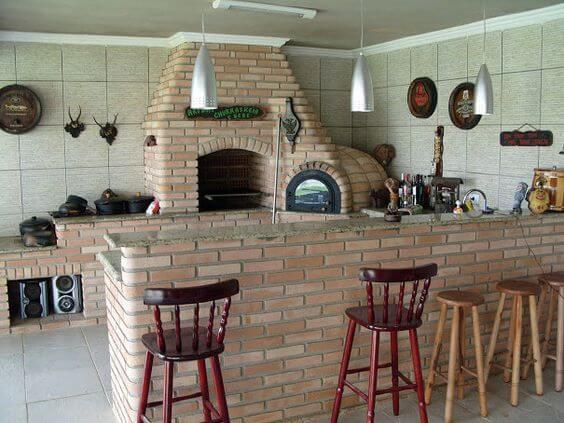 Área de churrrasco com forno iglu e fogão integrado