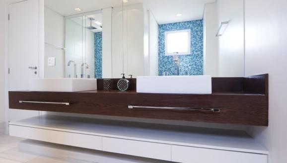 Banheiro com pastilhas azuis