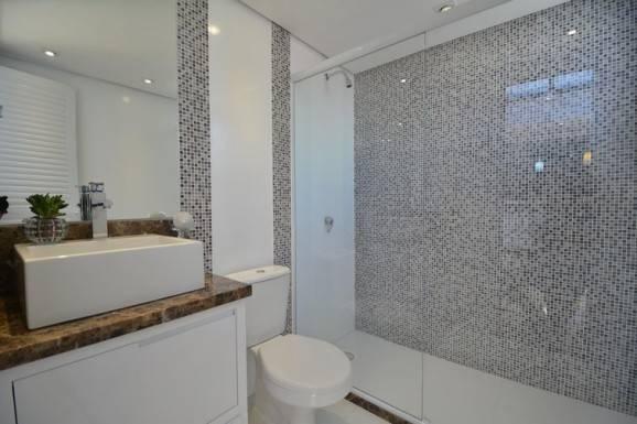 Banheiros com pastilhas cinza e branco
