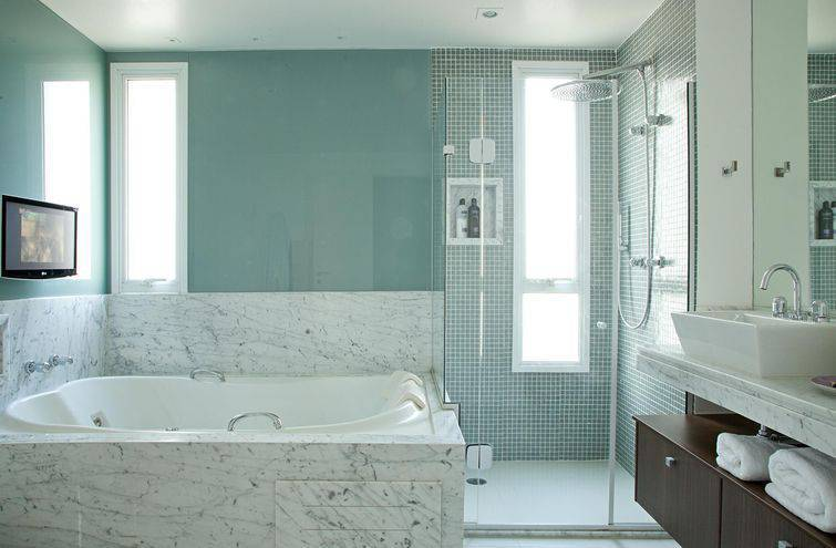 Banheiro com pastilha verde no box Projeto de Patricia Kolanian Pasquini