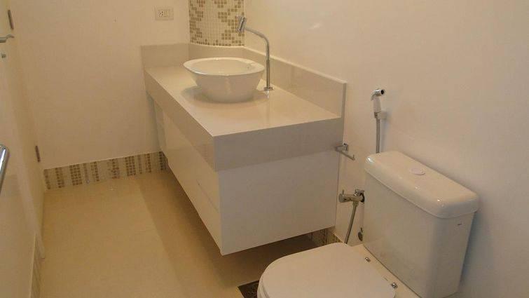Banheiro co pastilhas no rodapé e no canto da parede