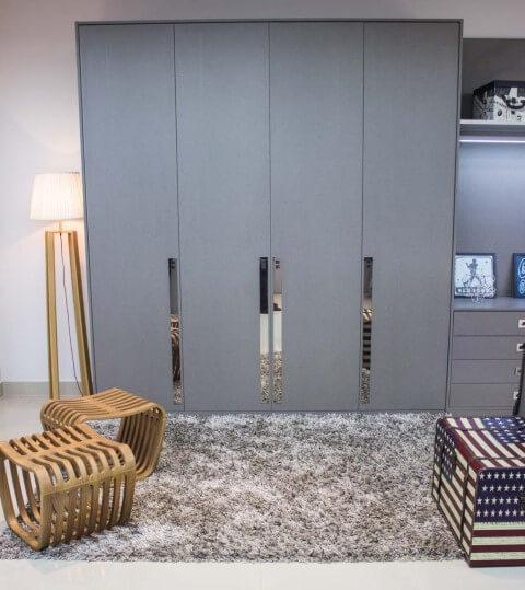 Abajur para chão ao lado do armário Projeto de Lojas Atua Prime
