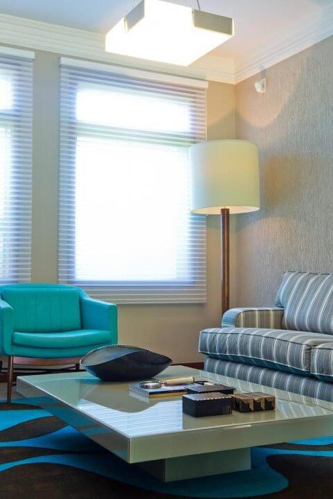Abajur para chão ao lado do sofá Projeto de Joel Caetano Paes