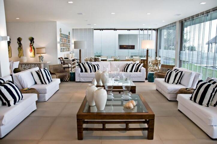 Abajur para chão ao lado do sofá Projeto de Renato Teles Arquitetura