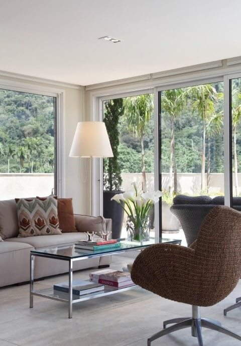 Abajur para chão ao lado do sofá Projeto de Vivian Coser