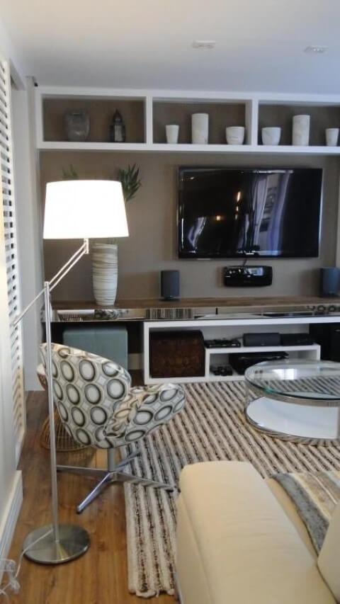 Abajur para chão branco e poltrona estampada Projeto de Meyer Cortez