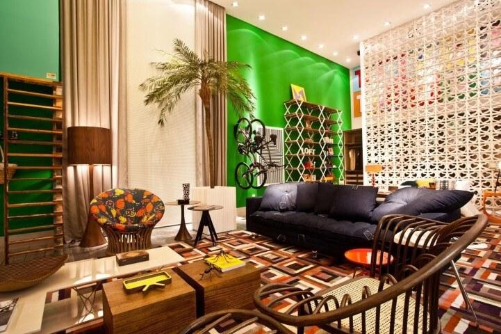 Abajur para chão de madeira em sala colorida Projeto de Juliana Pippi