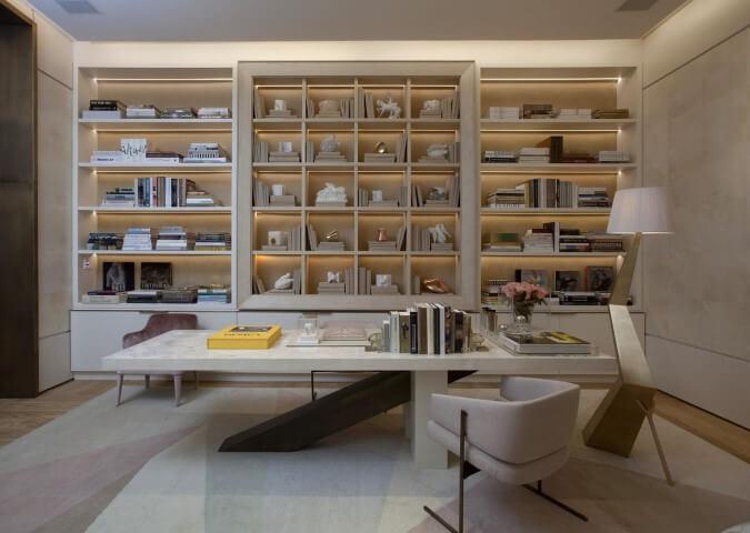 Abajur para chão em home office Projeto de Roberto Migotto