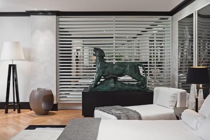 Abajur para chão no quarto de casal Projeto de Artefacto