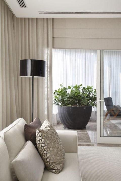 Abajur para chão preto em sala clara Projeto de A1 Arquitetura