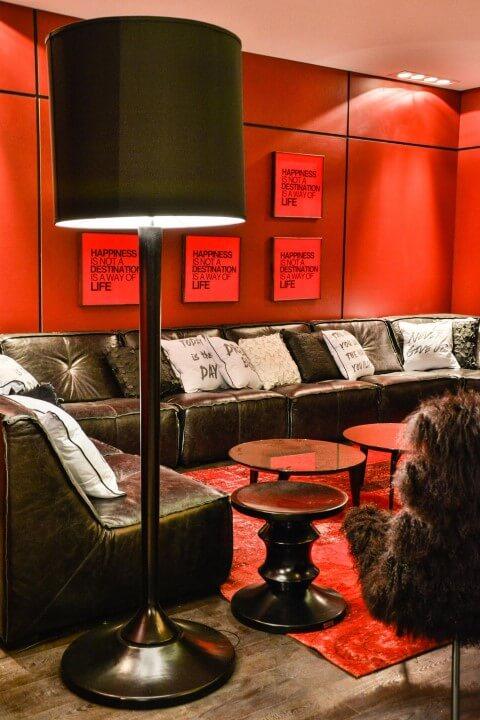 Abajur para chão preto em sala com decoração preta e vermelha Projeto de Bender Arquitetura