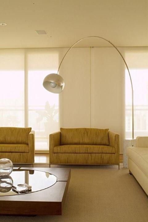 Abajur para chão sobre sofá pequeno Projeto de A1 Arquitetura