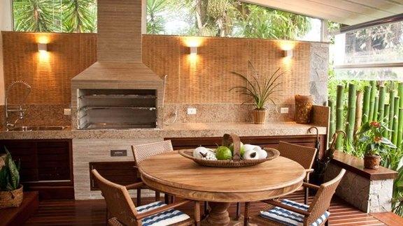 Area de churrasco com móveis práticos