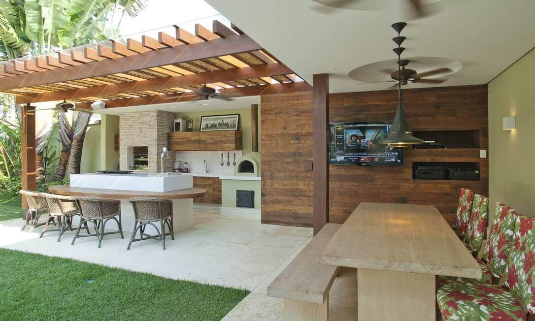 Area de churrasco com pergolado de madeira
