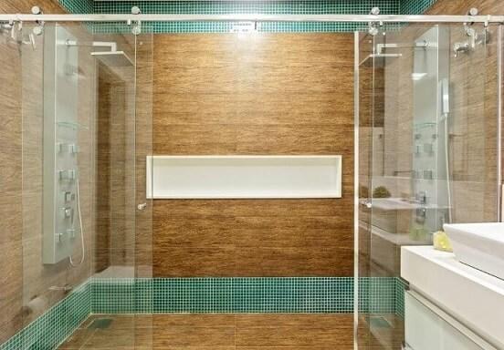 Banheiro com pisos que imitam madeira Projeto de Laura Santos