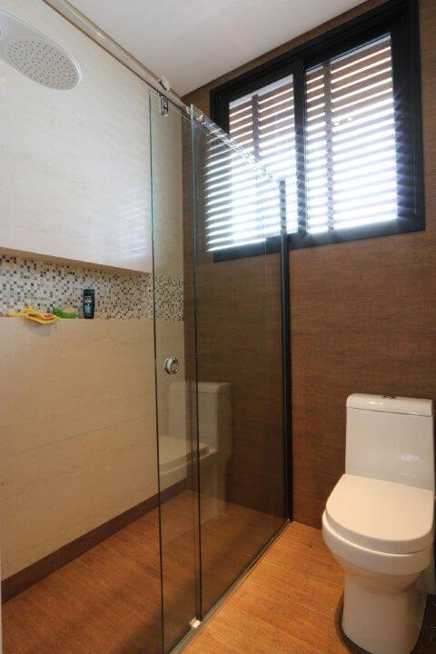 Banheiro com pisos que imitam madeira Projeto de Zaav Arquitetura