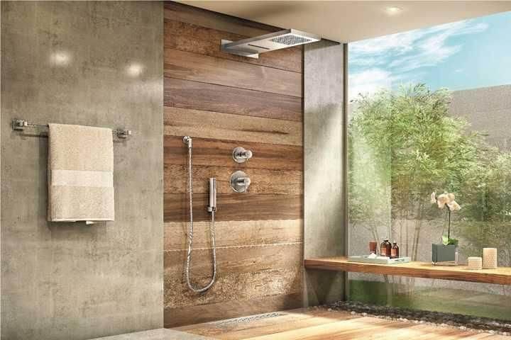 Banheiro com pisos que imitam madeira