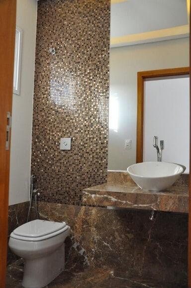 Banheiros decorados com pastilhas de vidro em tons de marrom Projeto de Claudia Breias