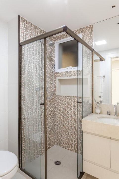 Banheiros decorados com pastilhas em tons de bege e marrom Projeto de Raduan Arquitetura